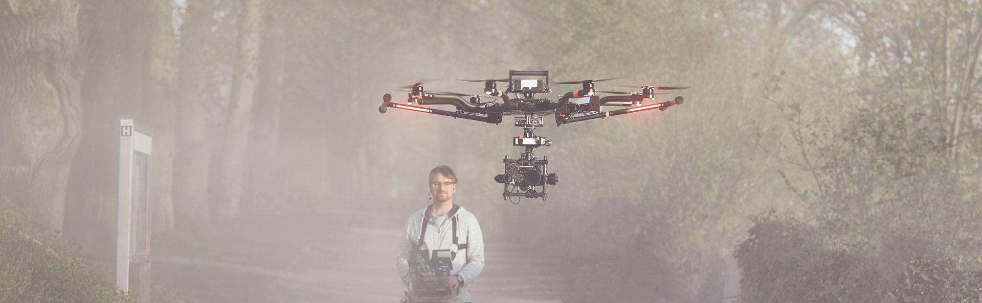 freefly alta 8 fliegt vor dem Piloten Simon Eymann von kopterwork